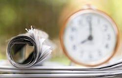 Concept d'actualités de matin - journal et réveil photos stock