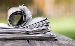 Concept d'actualités de matin, plan rapproché de journal photo stock