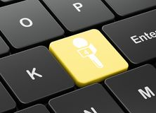 Concept d'actualités : Microphone sur le fond de clavier d'ordinateur Photo libre de droits