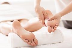 Concept d'Acupressure et de réflexothérapie Masseur faisant le massage de pied photo stock