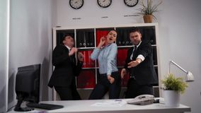 Concept d'affaires - équipe heureuse d'affaires célébrant la victoire et la danse dans le bureau banque de vidéos