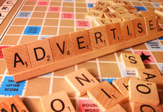 Concept d'affaires - annoncez le mot de Scrabble images stock