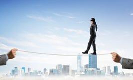 Concept d'affaires d'appui et d'aide de risque avec l'homme équilibrant sur la corde Images libres de droits