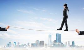 Concept d'affaires d'appui et d'aide de risque avec l'homme équilibrant sur la corde Photos libres de droits