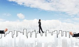Concept d'affaires d'appui et d'aide de risque avec l'homme équilibrant sur la corde Photos stock