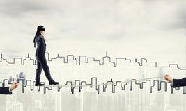 Concept d'affaires d'appui et d'aide de risque avec l'homme équilibrant sur la corde Image libre de droits