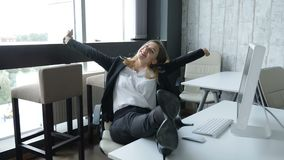 Concept d'affaires atteinte de gain de but d'ANG La jeune femme attirante d'affaires s'assied par le PC avec ses pieds croisés su banque de vidéos