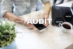 Concept d'affaires d'audit auditeur conformité Technologie d'écran virtuel image stock