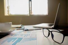 Concept d'affaires avec l'espace de copie Table de bureau avec le foc de stylo Photographie stock libre de droits