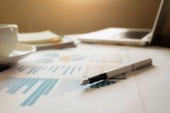 Concept d'affaires avec l'espace de copie Table de bureau avec le foc de stylo Image libre de droits