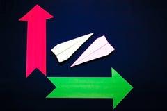 Concept d'affaires avec les flèches plates et colorées de papier sur le fond bleu-foncé Image libre de droits