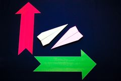Concept d'affaires avec les flèches plates et colorées de papier sur le fond bleu-foncé Images stock