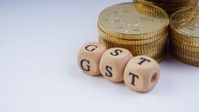 Concept d'affaires avec un mot de GST sur les pièces de monnaie empilées Photos libres de droits