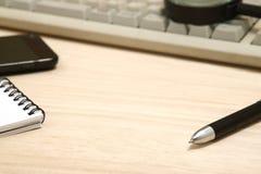 Concept d'affaires Bloc-notes, téléphone intelligent, et loupe avec le clavier d'ordinateur Photos libres de droits