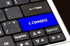 Concept d'affaires - bouton bleu de commerce électronique sur mince Photos stock