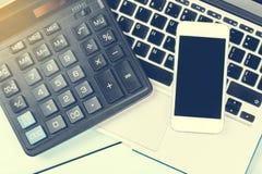 Concept d'affaires Bureau fonctionnant avec l'ordinateur portable, la calculatrice, le téléphone moderne et le carnet sur la tabl Photo libre de droits