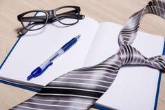 Concept d'affaires - carnet, stylo, verres et lien Photographie stock