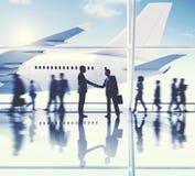 Concept d'affaires d'affaire de poignée de main d'aéroport d'hommes d'affaires Images stock