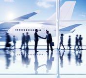 Concept d'affaires d'affaire de poignée de main d'aéroport d'hommes d'affaires Photo stock