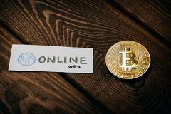 Concept d'affaires de Bitcoin, pièce de monnaie d'or - symbole de Bitcoin sur la table et papier énumérez avec - Web en ligne - m images stock
