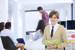 Concept d'affaires, de démarrage et de personnes - équipe créative heureuse parlant dans le bureau Images libres de droits