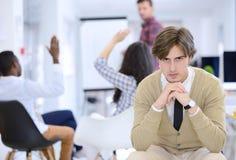 Concept d'affaires, de démarrage et de personnes - équipe créative heureuse parlant dans le bureau Photo stock