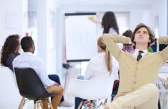 Concept d'affaires, de démarrage et de personnes - équipe créative heureuse parlant dans le bureau Image libre de droits