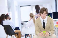 Concept d'affaires, de démarrage et de personnes - équipe créative heureuse parlant dans le bureau Photo libre de droits