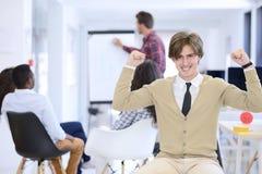 Concept d'affaires, de démarrage et de personnes - équipe créative heureuse parlant dans le bureau Image stock