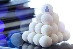 Concept d'affaires de direction, icônes de personnes sur les boules en bois Images libres de droits