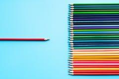 Concept d'affaires de direction Présentation d'avance de crayon de couleur rouge à l'autre couleur image libre de droits