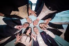 Concept d'affaires, de personnes et de travail d'équipe - groupe de sourire des affaires Photos stock