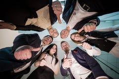 Concept d'affaires, de personnes et de travail d'équipe - groupe de sourire des affaires Image libre de droits