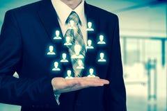 Concept d'affaires de ressource humaine L'homme d'affaires presse l'icône d'heure sur l'écran virtuel photo libre de droits