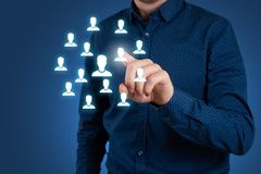 Concept d'affaires de ressource humaine L'homme d'affaires presse l'icône d'heure sur l'écran virtuel photos libres de droits