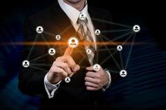 Concept d'affaires de ressource humaine L'homme d'affaires presse l'icône d'heure sur l'écran virtuel photos stock