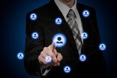 Concept d'affaires de ressource humaine L'homme d'affaires presse l'icône d'heure sur l'écran virtuel images stock