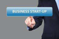 Concept d'affaires, de technologie et de mise en réseau - bouton de création d'entreprise de pressing d'homme d'affaires sur les  Images libres de droits
