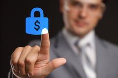 Concept d'affaires, de technologie, d'Internet et de mise en réseau - la sécurité de pressing d'homme d'affaires font le bouton d Photos stock