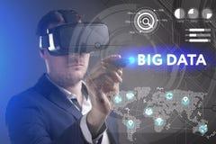 Concept d'affaires, de technologie, d'Internet et de réseau Le jeune homme d'affaires travaillant en verres de réalité virtuelle  image stock