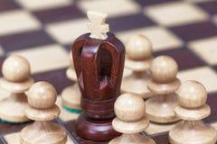 Concept d'affaires de victoire, perte, extrémité du jeu Échiquier et roi et gages image stock