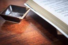Concept d'affaires des tasses de places et d'un livre sur le fond en bois t Images libres de droits