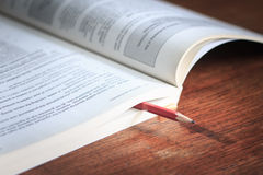 Concept d'affaires des tasses de places et d'un livre sur le fond en bois t Photo libre de droits