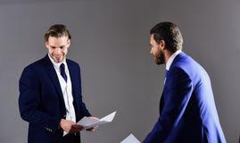 Concept d'affaires et d'écritures Hommes dans le costume ou hommes d'affaires Photographie stock