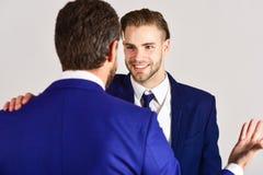 Concept d'affaires et d'amitié Homme avec le visage heureux dans la veste Photographie stock libre de droits