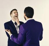 Concept d'affaires et d'amitié Homme dans l'écoute de veste Images stock