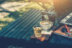 Concept d'affaires et de cofee sur le jardin Photo stock