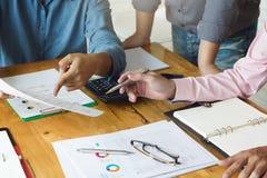 Concept d'affaires et de finances de bureau fonctionnant, travail d'équipe des hommes d'affaires discutant le plan d'action dans  photographie stock
