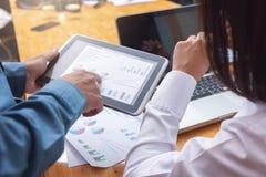 Concept d'affaires et de finances de bureau fonctionnant, travail d'équipe des hommes d'affaires discutant le plan d'action dans  image libre de droits