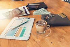 Concept d'affaires et de finances du fonctionnement de bureau, bureau dans le jour ouvrable Photos stock